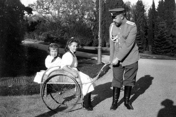 Лейб-медик Евгений Сергеевич Боткин с цесаревнами Марией и Анастасией