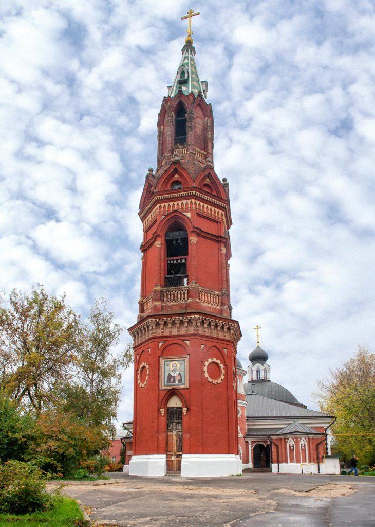 Колокольня нынче на той стороне двора, что принадлежит православной церкви Московского патриархата