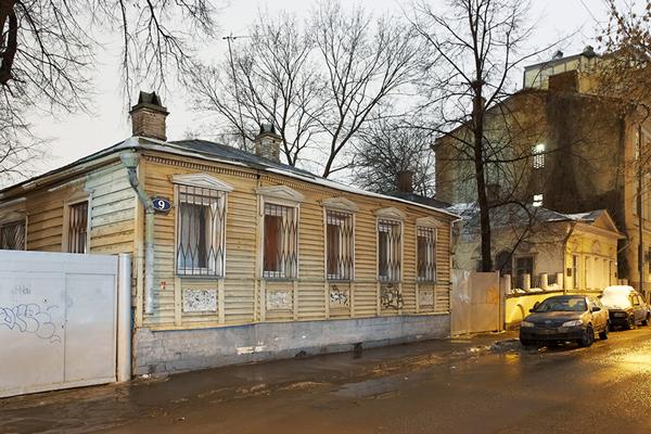Прогуливаясь по Москве, в переулках между Остоженкой и Пречистинкой, легко набрести на этот непримечательный домик. Именно он по многим данным описан в романе как дом Мастера