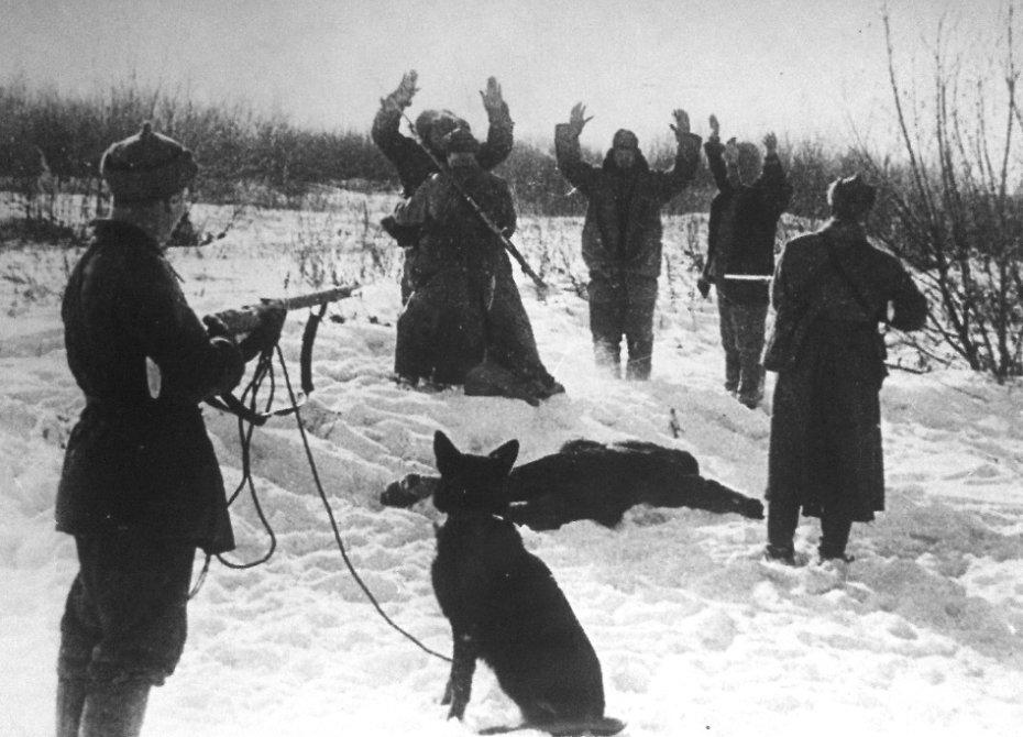 Никита Карацупа с другими пограничниками задерживает нарушителей государственной границы. 30-е годы