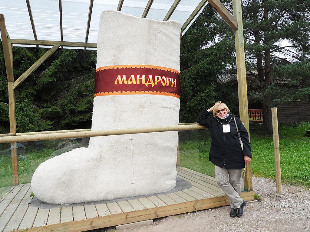 На фото: гид Елена Горшкова напоминает осенним экскурсантам о правильной обуви!
