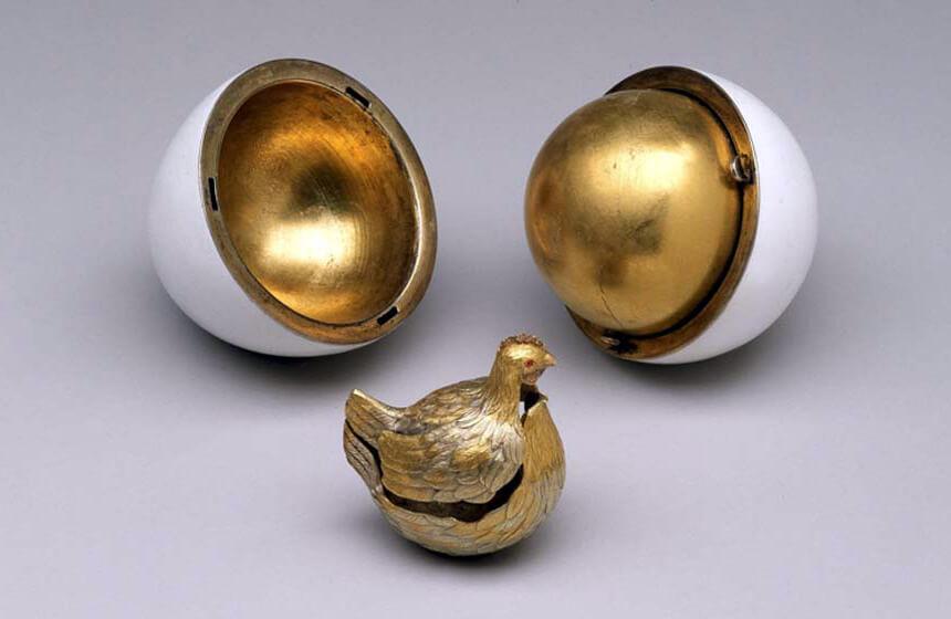 Самое первое яйцо Фаберже: «Курочка», 1885 г. Золото, эмаль
