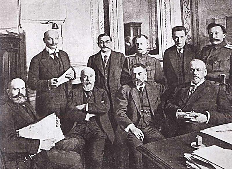 Временный комитет Гос.Думы, февраль 1917. Гучков сидит третий слева, Родзянко сидит крайний справа, Шульгин стоит крайний слева.