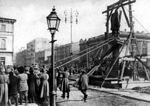 Этот памятник разрушили в 1917 году, соорудив устройство вроде висилицы