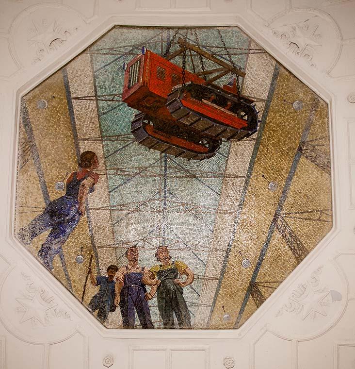 Как и на «Маяковской», мозаики изображали небо. Но не таким, каким оно видится с поверхности земли, а как если бы окна на поверхность земли пробили бы из подвала, застеклили, и по прозрачному стеклу ходили бы люди. Фото Ю.Звездкина