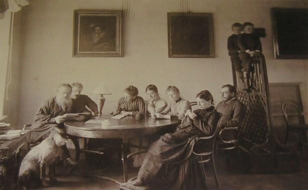 С женой и детьми в Ясной Поляне