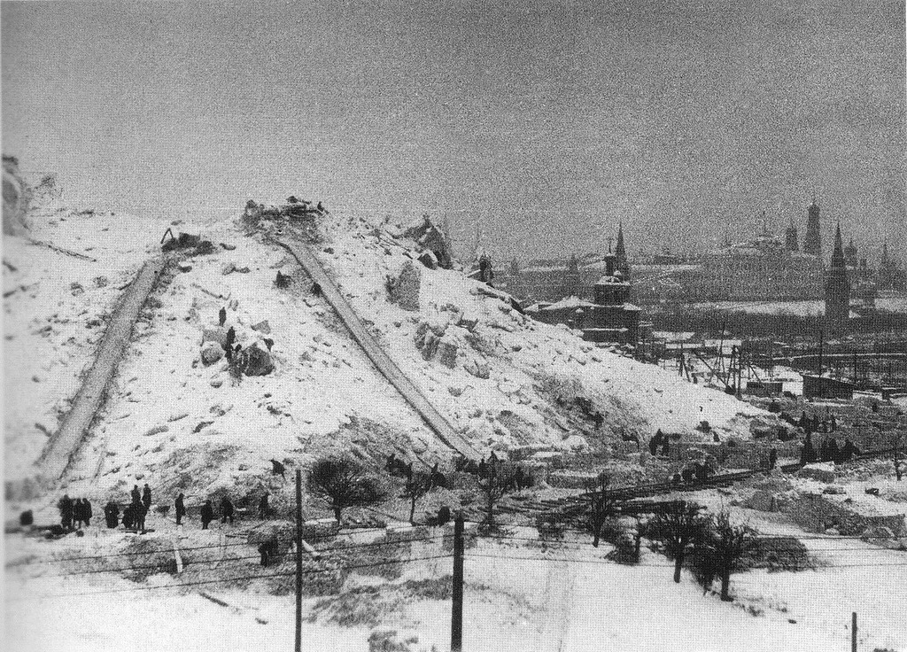Московский кремль за руинами разрушенного храма