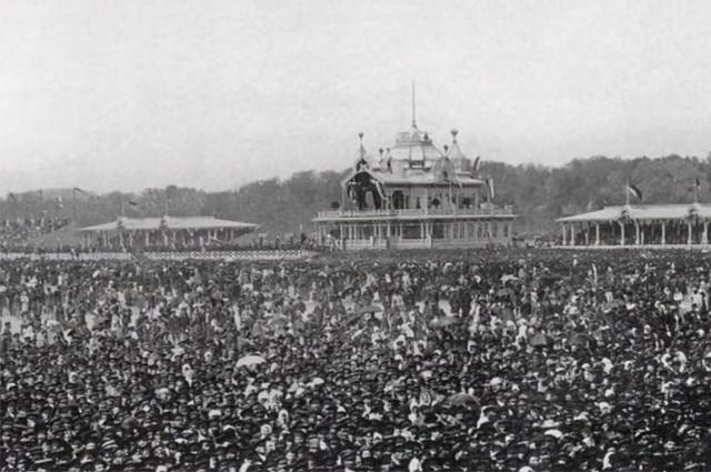 Ходынское поле 30 мая 1896 года. Народ уже толпится. Трагедия случится вот-вот.