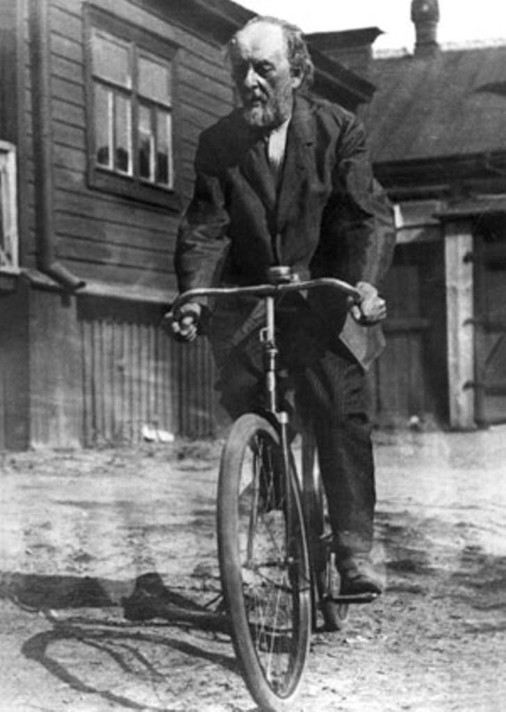 Циолковский на велосипеде. Экскурсия по Калуге