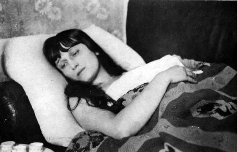 Анна Ахматова лежит
