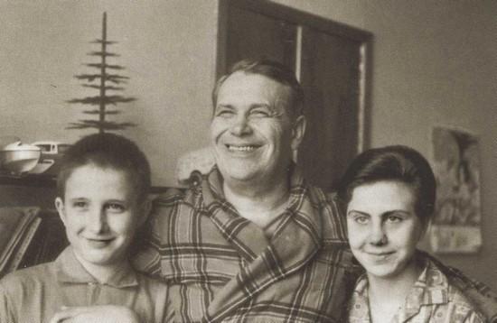 Марк Бернес с дочерью Наташей и приемным сыном Жаном
