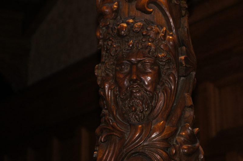 резные столбы лестницы особняка Святополк-Четвертинского