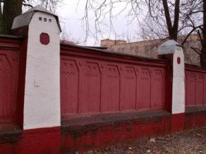 Забор психиатрической клиники Усольцева, где лечился Врубель, выполнен Шехтелем по эскизу самого Врубеля