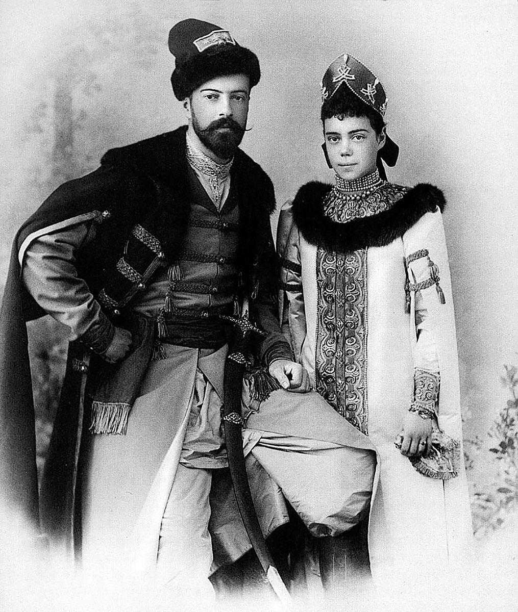 Ксения Александровна с мужем Александром Михайловичем в русских костюмах