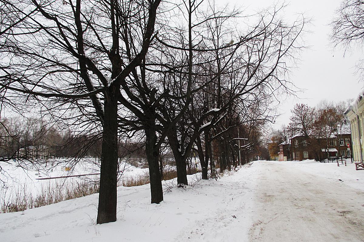 На другом берегу просматривается епископский дом, где рос Шаламов