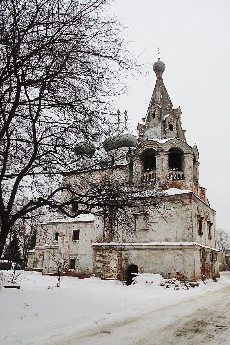 Рядом с домом – вот эта церковь. По всей видимости, сюда ходил Николая Романов, пока его не арестовали