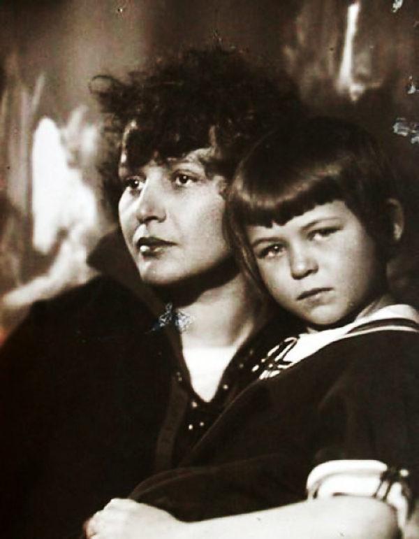 Зинаида с дочерью от Есенина Таней