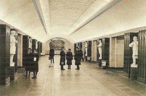 Станция пилонного типа «Бауманская», построенная в 1944 году. Как мы видим, изначально гипсовые скульптуры защитников отечества были покрашены в белый.