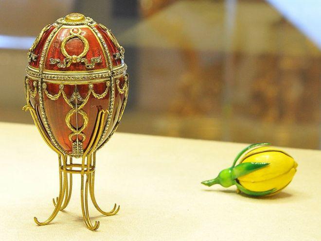 Яйцо «Бутон розы», 1895 – пасхальный подарок наследника престола Николая Александровича супруге. Золото, прозрачная красная и непрозрачная белая эмаль, алмазы. Сюрприз: золото, непрозрачная зелено-желтая эмаль