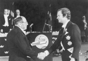Король Швеции Карл-Густав вручает Леониду Канторовичу Нобелевскую премию «За вклад в теорию оптимального распределения ресурсов», 1975 г.