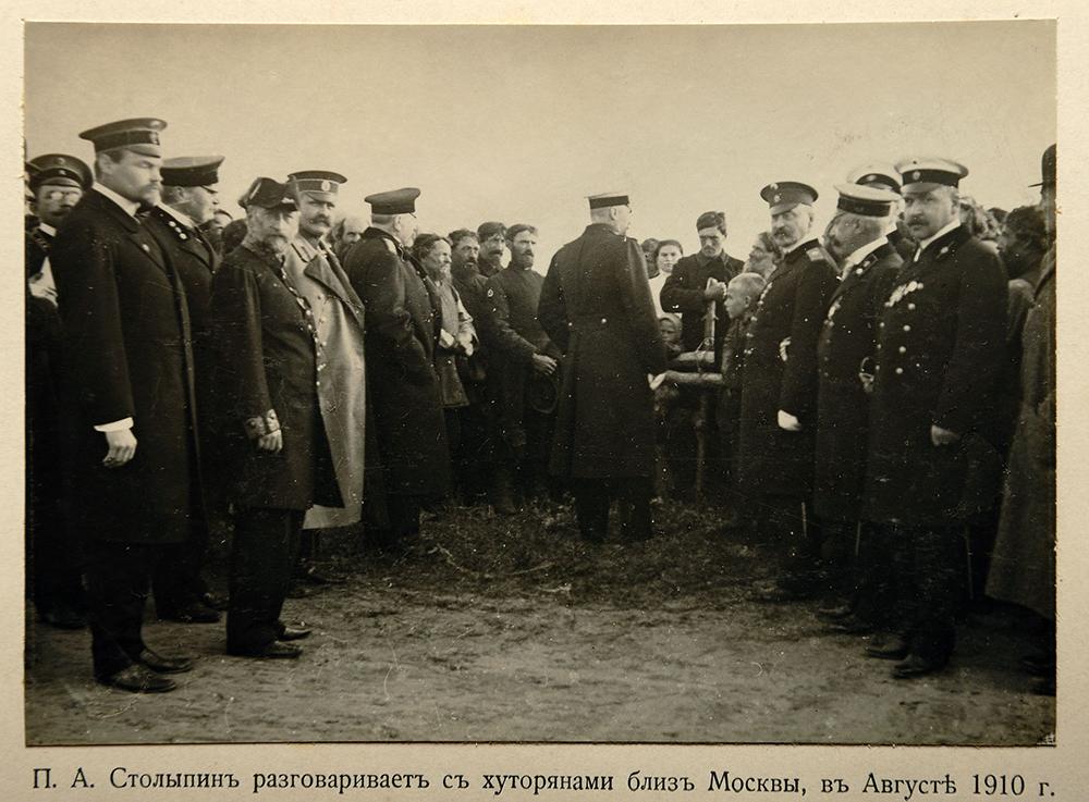 На этой фотографии Столыпин стоит спиной. Только он и крестьяне не обращают внимание на фотографа