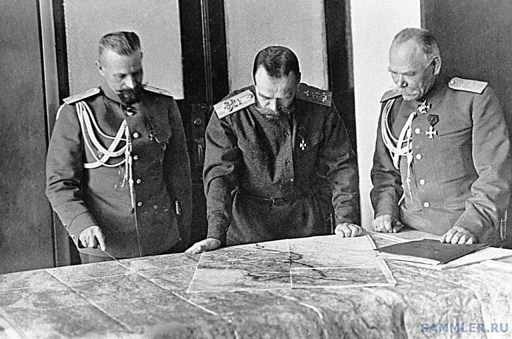 Незадолго до описываемых событий: царь Николай с генералами Алексеевым (справа) и Пустовойтенко в Ставке