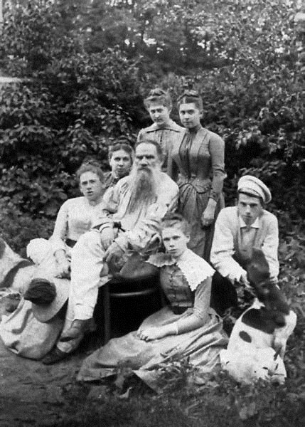 Семейство Толстых: скоро они разделятся на два враждующих лагеря