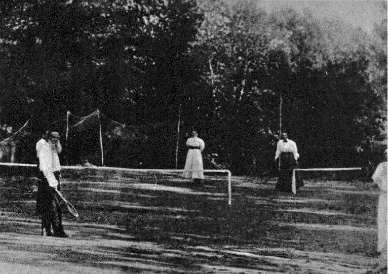 Семейство Толстых играет в теннис