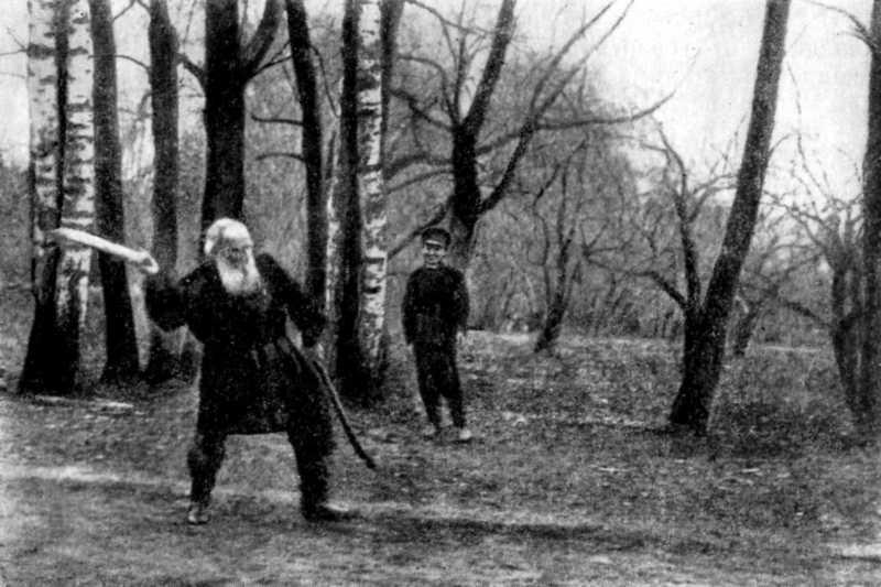 Лев Толстой играет в городки
