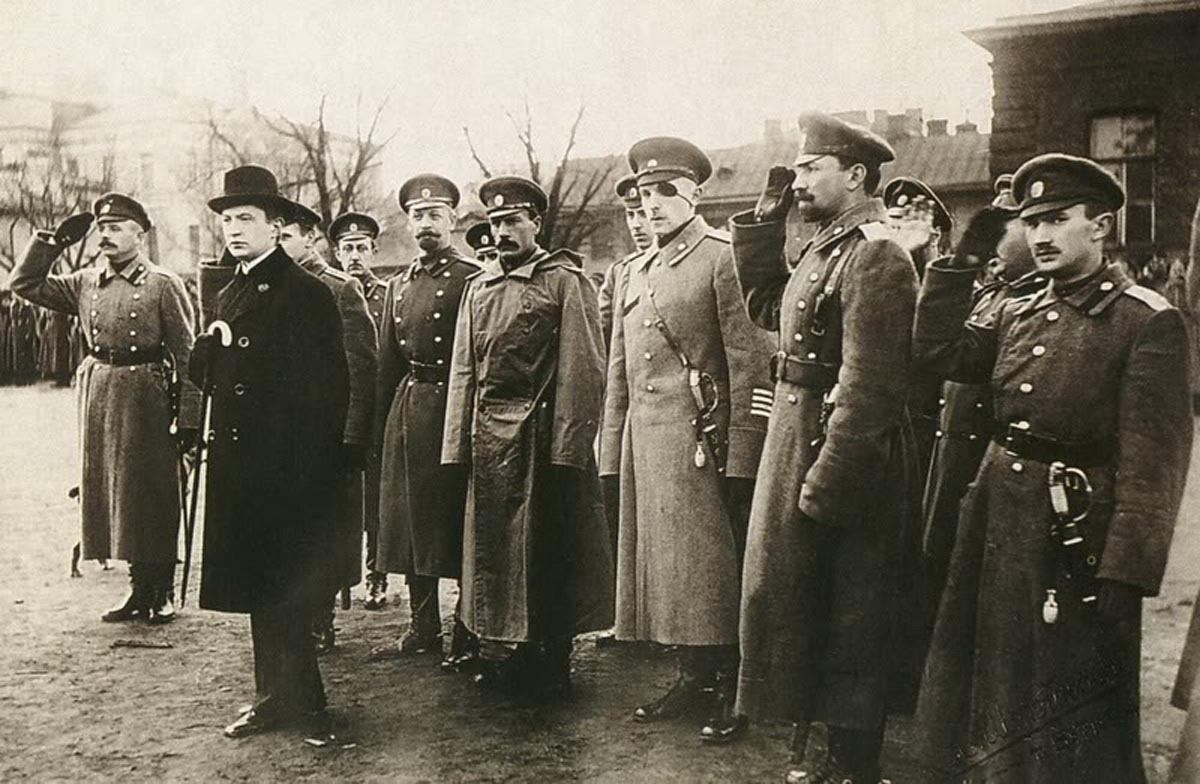 Керенский приезжал на фронт как на экскурсию, и вскоре возвращался в тыл.