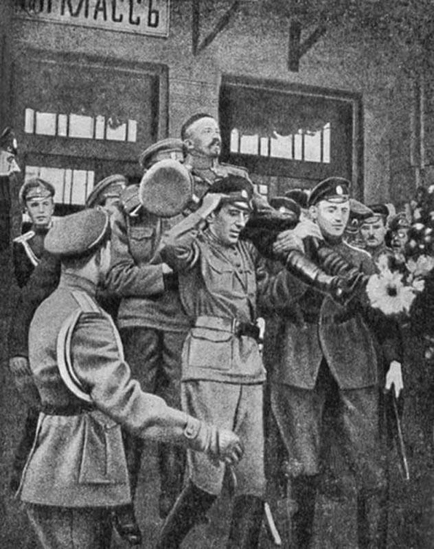 По Москве лавру Корнилову не давали ходить пешком - носили на руках.