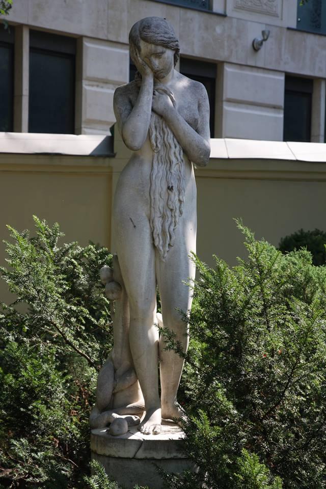 скультпутар на территории особняка Морозовой