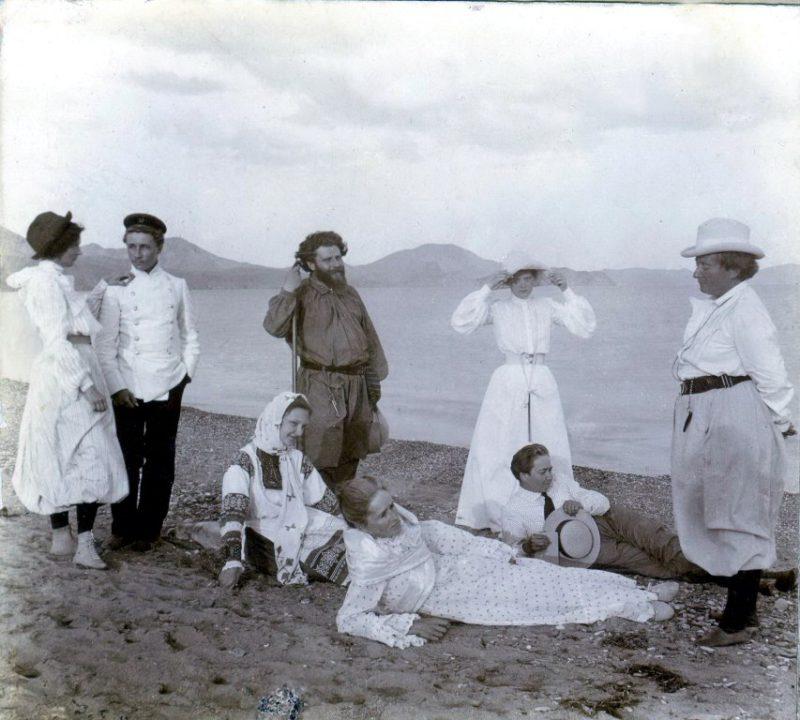 Макс Волошин с матерью и гостями